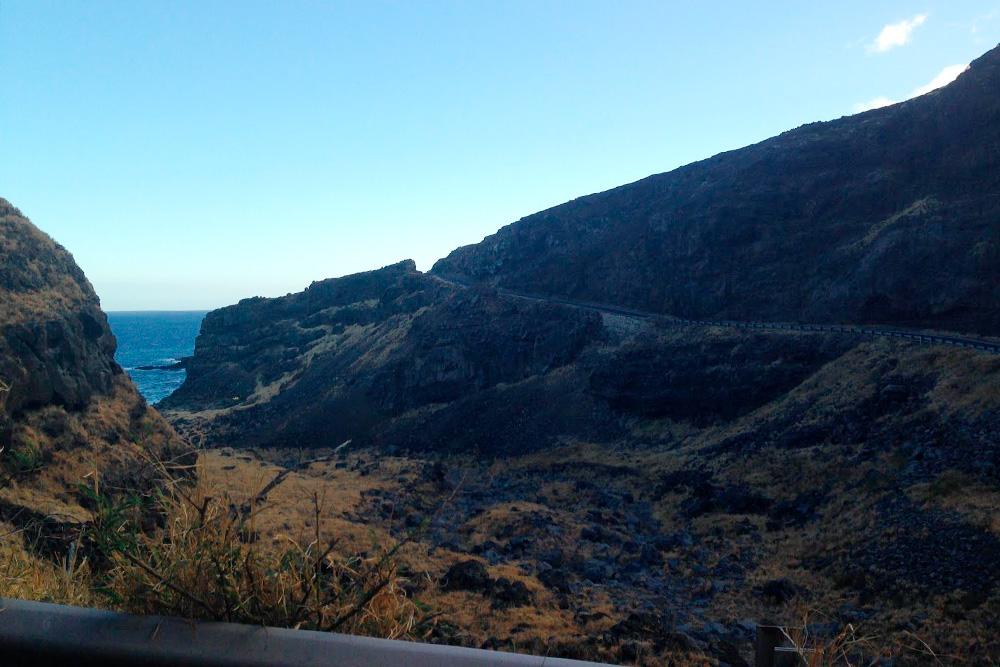 Южная часть острова Мауи сильно изрезана лавовыми полями, поэтому дорога петляет
