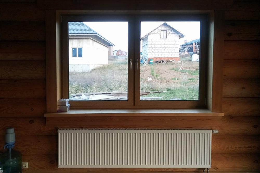 Еще одно окно вгостиной, которое сделали меньше, чтобы уместить подним радиатор побольше