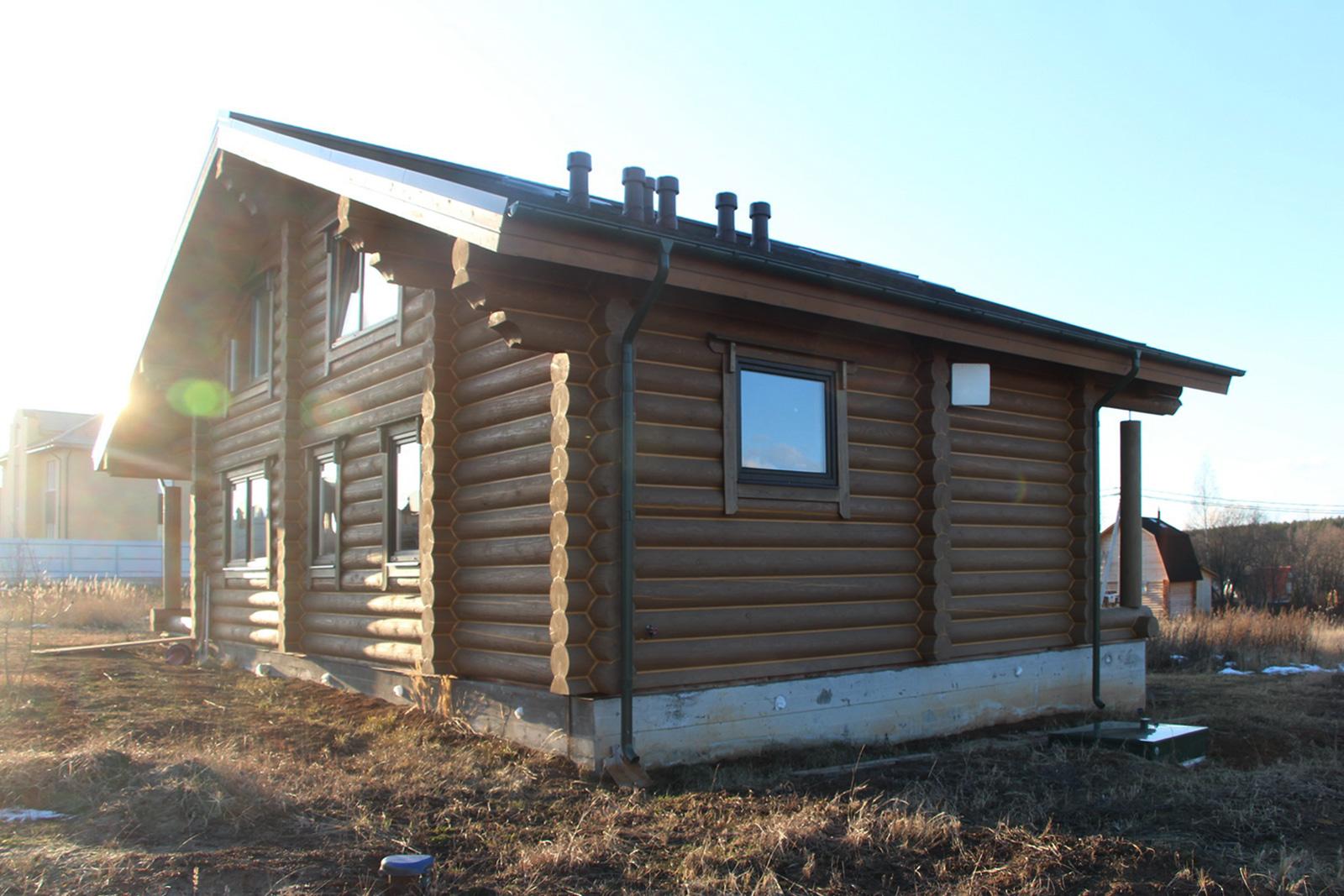 Авот как выглядит дом сгерметиком: все щели между бревнами итрещины закрыты герметиком