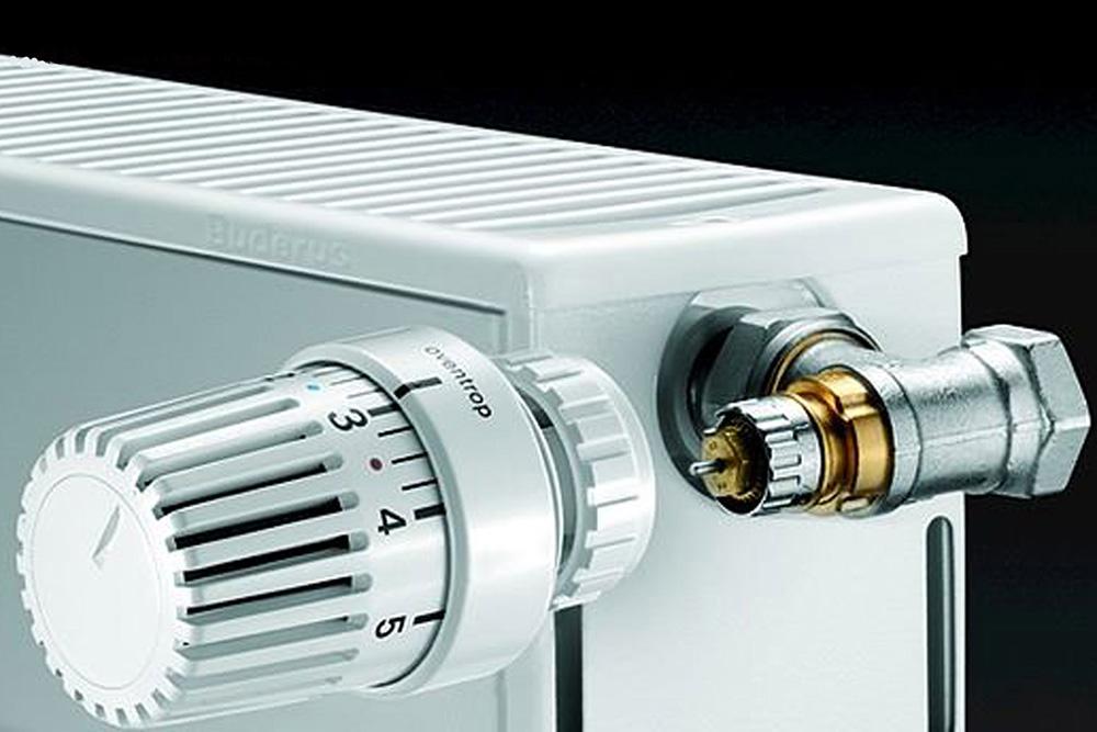 Когда пространство непозволяет, термостат можно установить подуглом