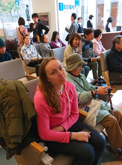 В зале ожидания городского госпиталя Хиросимы