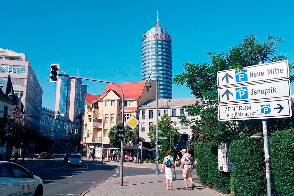 Это первое, что я увидела, приехав в Йену. 30-этажная Йенская башня — символ города, ее видно практически из любой его точки. Башня занимает второе место по высоте среди офисных зданий в восточных федеральных землях