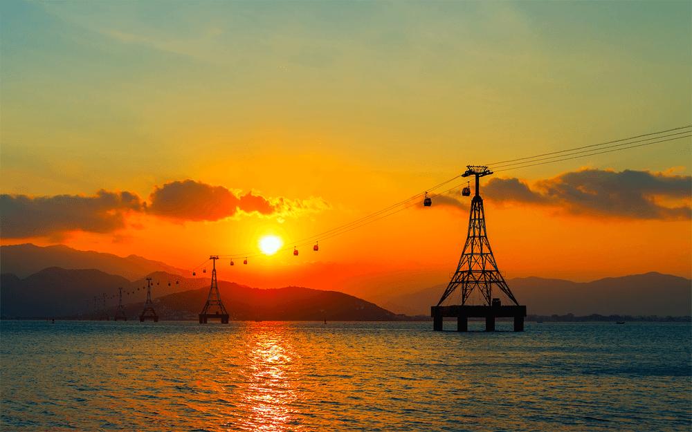 Канатная дорога к острову Хон Че — она проходит прямо над морем и ведет к одному из самых популярных среди туристов парков развлечений «Винперл» — вьетнамскому Диснейленду