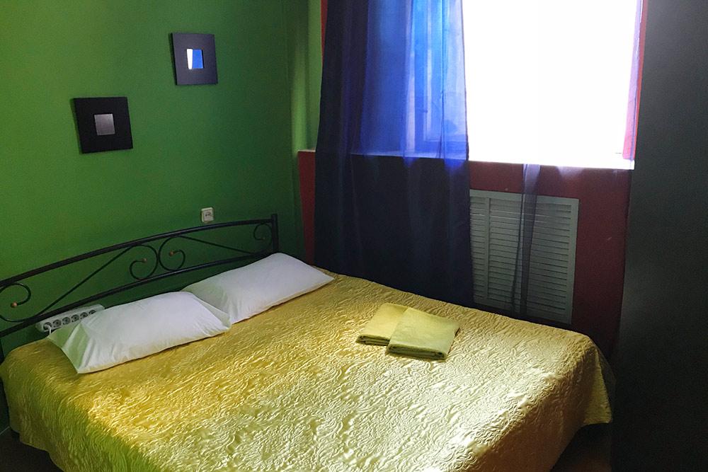 Стандартный двухместный номер с окном, но без душа стоит 1290 рублей за ночь. Прямо за стеной висит телевизор, поэтому многие жильцы этого номера жалуются на шум