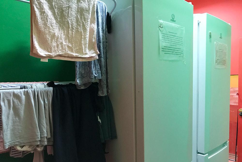На холодильниках предупреждение о том, чтобы люди не хранили еду в общей посуде. Рядом сушилка длямокрых вещей. Такая есть на всех этажах