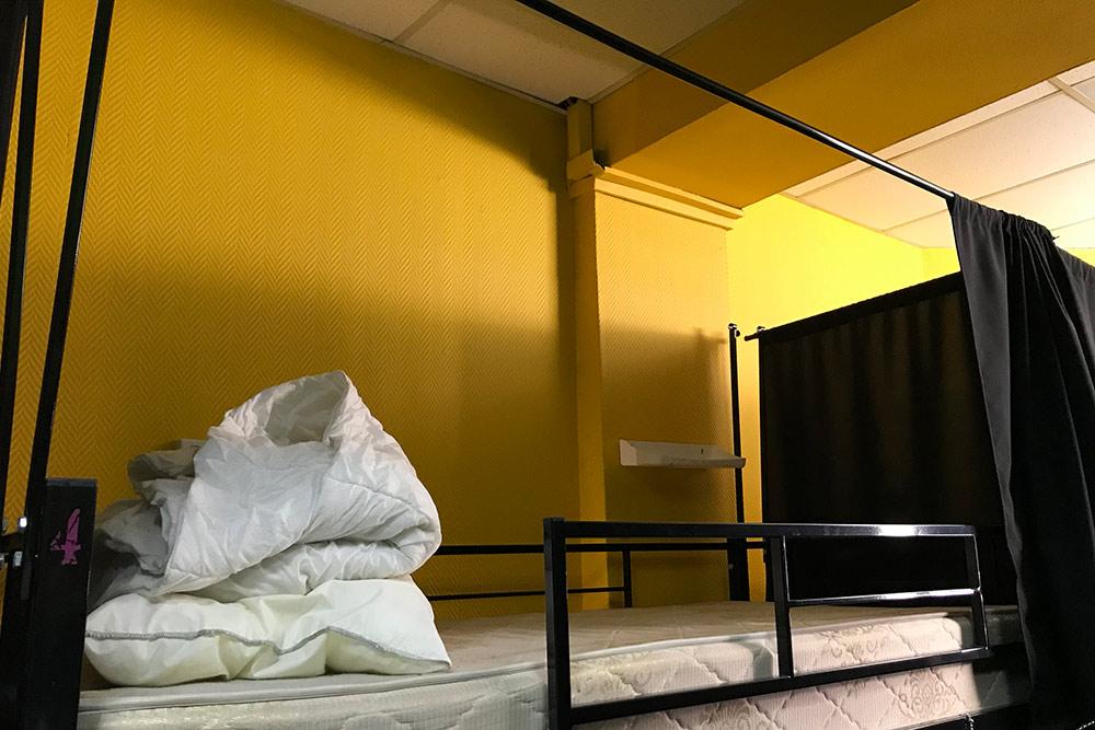Так выглядит койко-место, одеяло очень тонкое