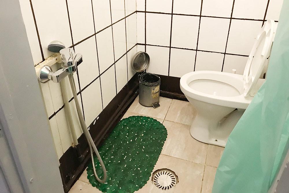 Туалет на третьем этаже, соединенный с душем. Стульчак всегда мокрый, рулоны бумаги тоже