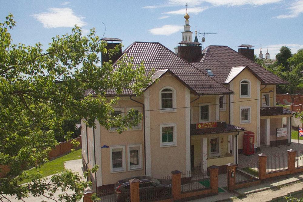 Коттедж находится в 500 метрах от Золотых ворот и в 200 метрах от Патриаршего сада — главных достопримечательностей Владимира. Во дворе есть газон и небольшой сад