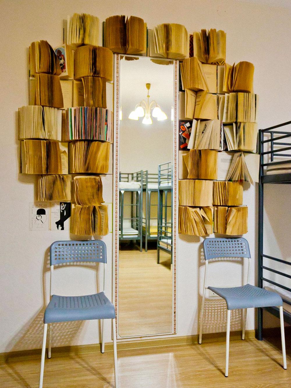 Из ненужных домашних книг Денис собрал простенькую библиотеку в несколько десятков книг. Книги есть в комнатах и просто в коридоре на полках. Гости довольно часто их читают