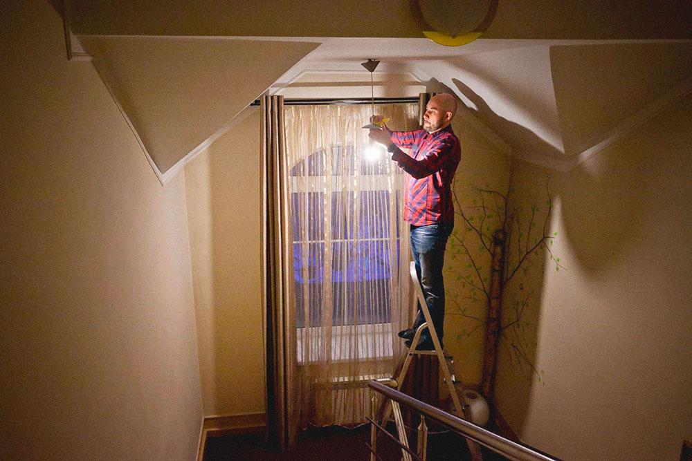Пока фотограф снимал хостел, успела перегореть лампочка. Денис тут же ее заменил