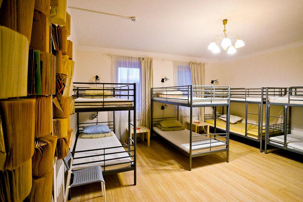 На старте в хостеле было пять спален. В них есть зеркала, столики, индивидуальные закрывающиеся шкафчики, шкафы для верхней одежды, напольные вешалки, индивидуальные светильники и розетки