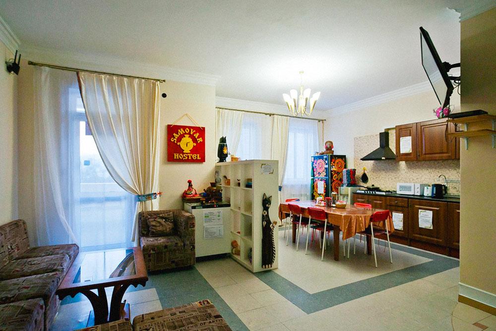 В гостиной часто собираются посетители: знакомятся, смотрят телевизор, играют в игры. Она совмещена с кухней