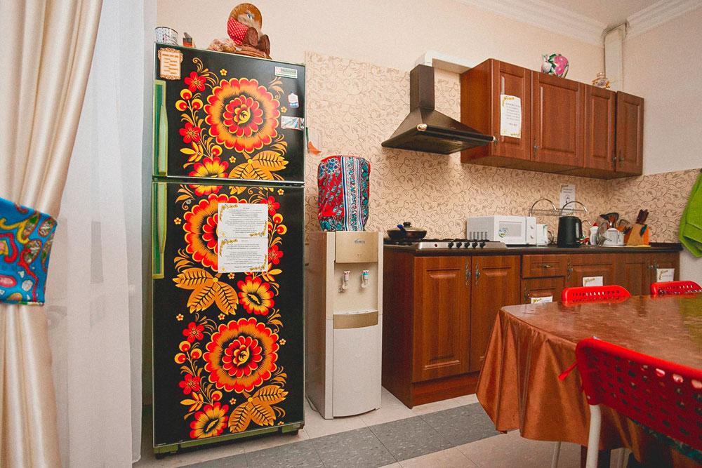 Этот холодильник Денис принес из дома — ему лет 20. Чтобы он выглядел интереснее, предприниматель обклеил его самоклеящейся пленкой. Гости часто спрашивают, где купить такой же