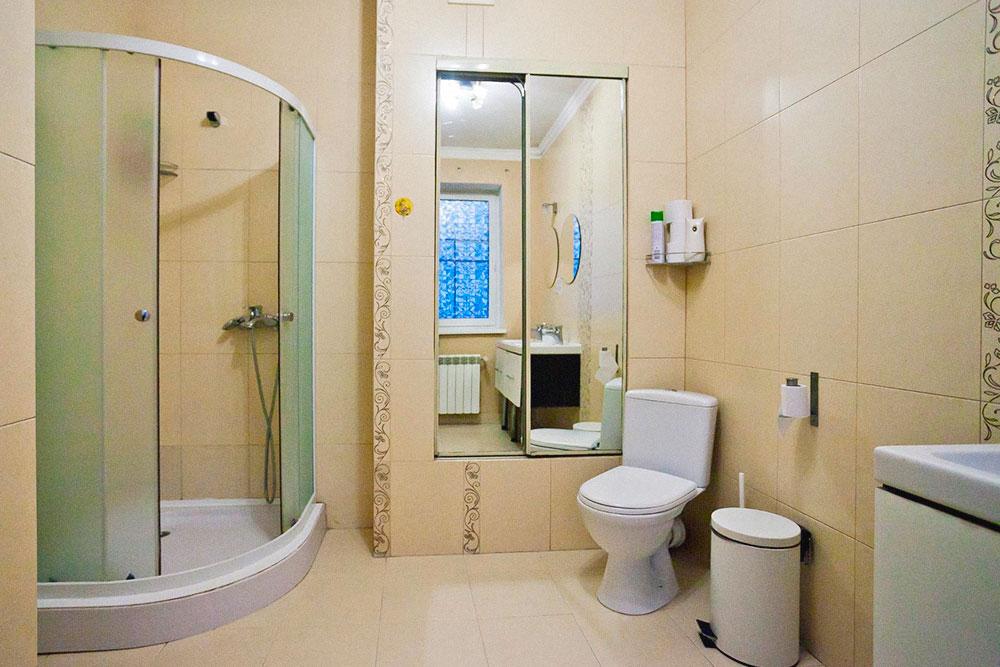 Обычно в хостелах туалеты и душевые общие: много кабинок в отдельной комнате. В «Самоваре» комнаты небольшие, поэтому сделать так было нельзя. Денис совместил душевую кабину с туалетом, но отвел для них отдельную комнату. Во время запуска таких комнат было две, а через год появилось еще две. Большой неожиданностью стало то, что туалетную бумагу пришлось покупать по 100—130 рулонов в неделю — она очень быстро заканчивается