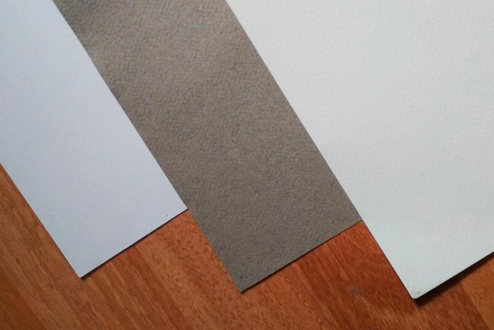 Разные типы бумаги. Слева направо: ватман «Гознак», тонированная бумага для пастели и бумага для акварели