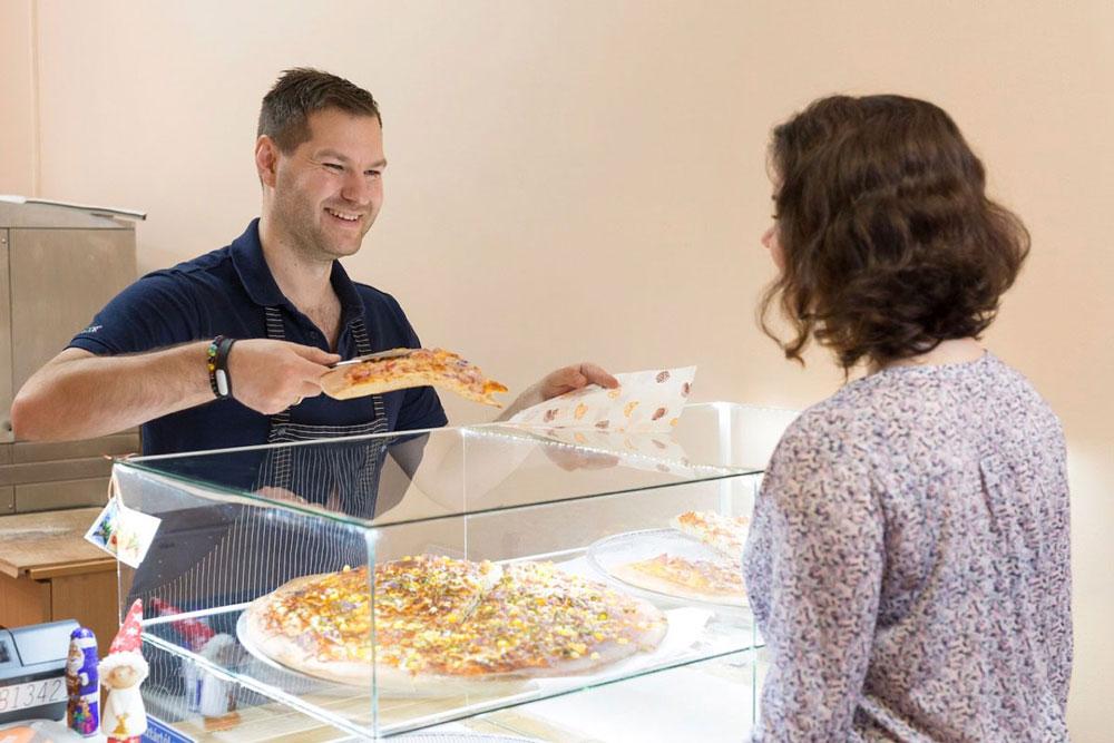 На витрине постоянно находятся четыре пиццы. Когда остается меньше, мы выпекаем свежие