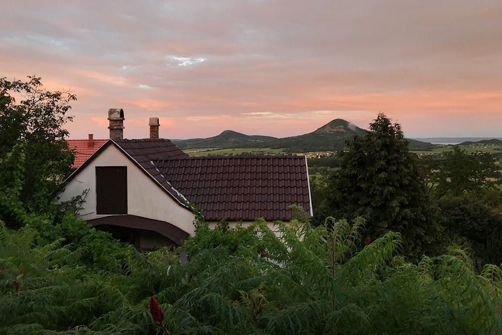Вид с террасы удома напотухшие вулканы региона Бадачонь