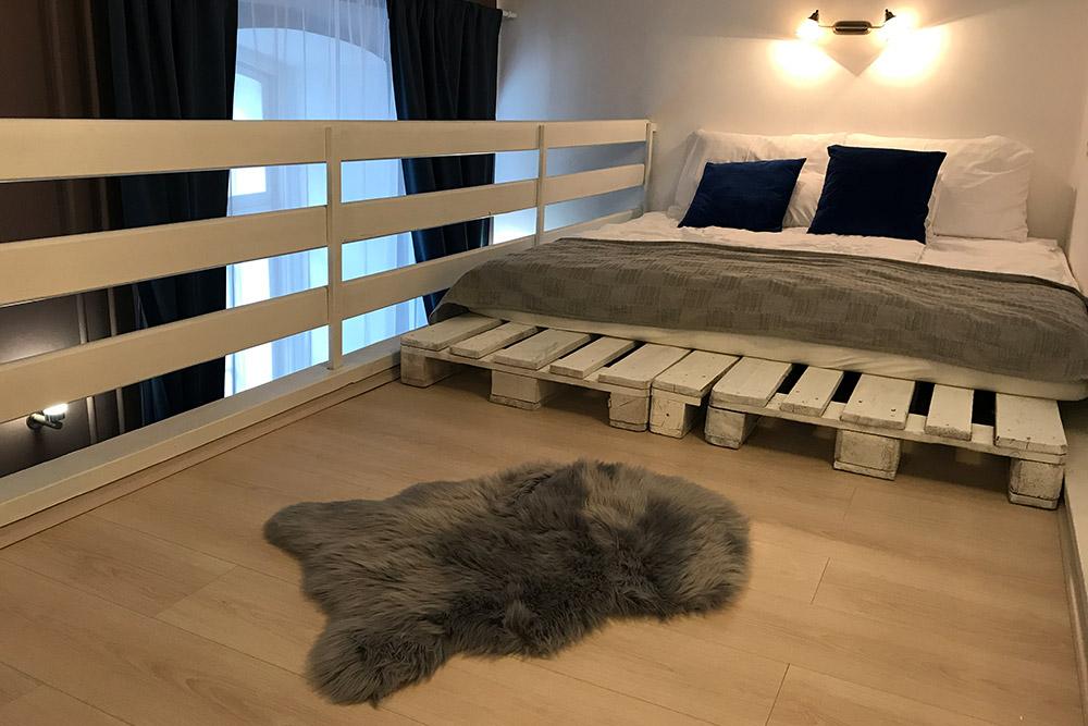 Планировка квартиры классическая для Венгрии: внизу кухня, гостиная, ванная, анапристроенной галерее — спальня