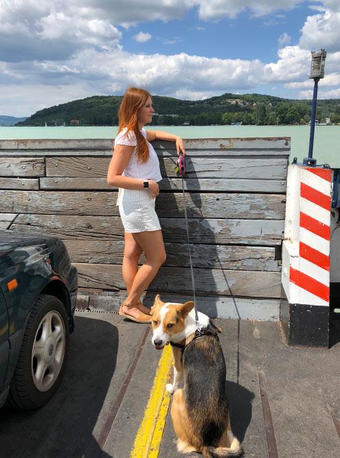 Из Тихани на пароме всего за8минут можно попасть напротивоположный берег Балатона. Билет на одного стоит 800Ft, намашину — 1900Ft. Паром отправляется каждые 40минут