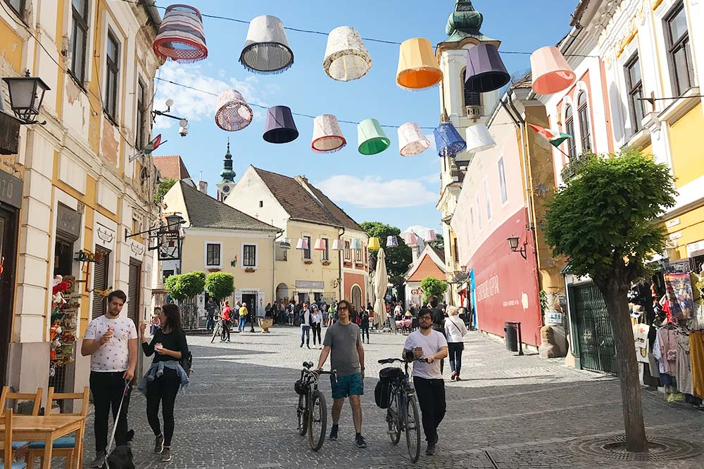 Сентендре совсем небольшой, но красивый, уютный и яркий город. В нем можно отлично провести пару часов или целый день: прогуляться по мощеным улочкам и заглянуть в галереи