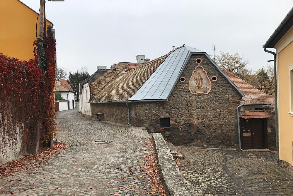 Сентендре был основан вСредние века, нобольшинство домов, которые сохранились посей день, были построены в 18—19 веках
