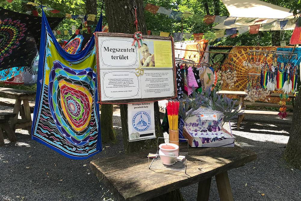 При входе в парк есть туристические магазинчики. Еще можно бесплатно взять курительную свечу изажечь ее устатуи Будды наступе