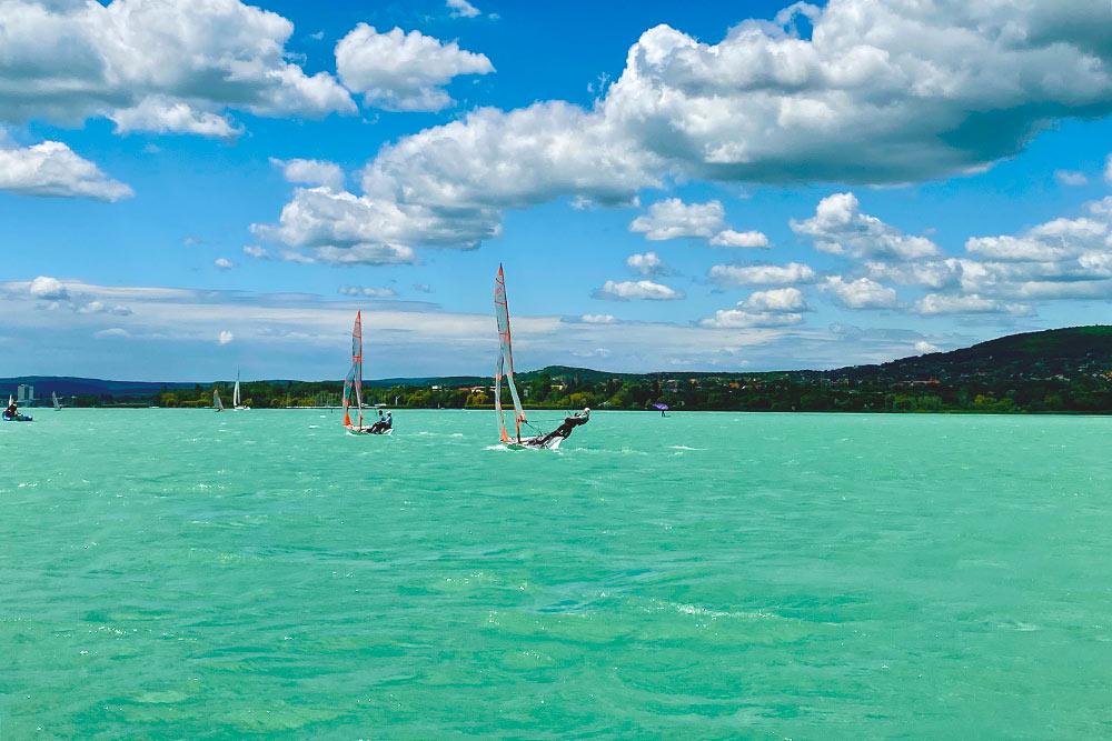 Балатонфюред находится насеверной стороне озера — здесь сильные ветра иволны повыше. Город хорош для яхтсменов и любителей водных видов спорта