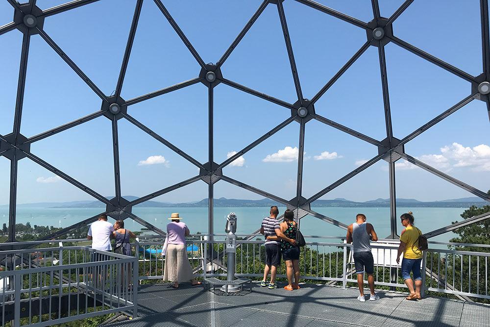 В парке развлечений Балатонбоглара есть необычная смотровая площадка ввиде сферы. Подъем стоит 300Ft