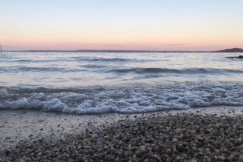 К пляжу вБадачоньтомае постоянно прибивает небольшие волны. Кажется, будто ты действительно наморе. Даже звук прибоя такойже
