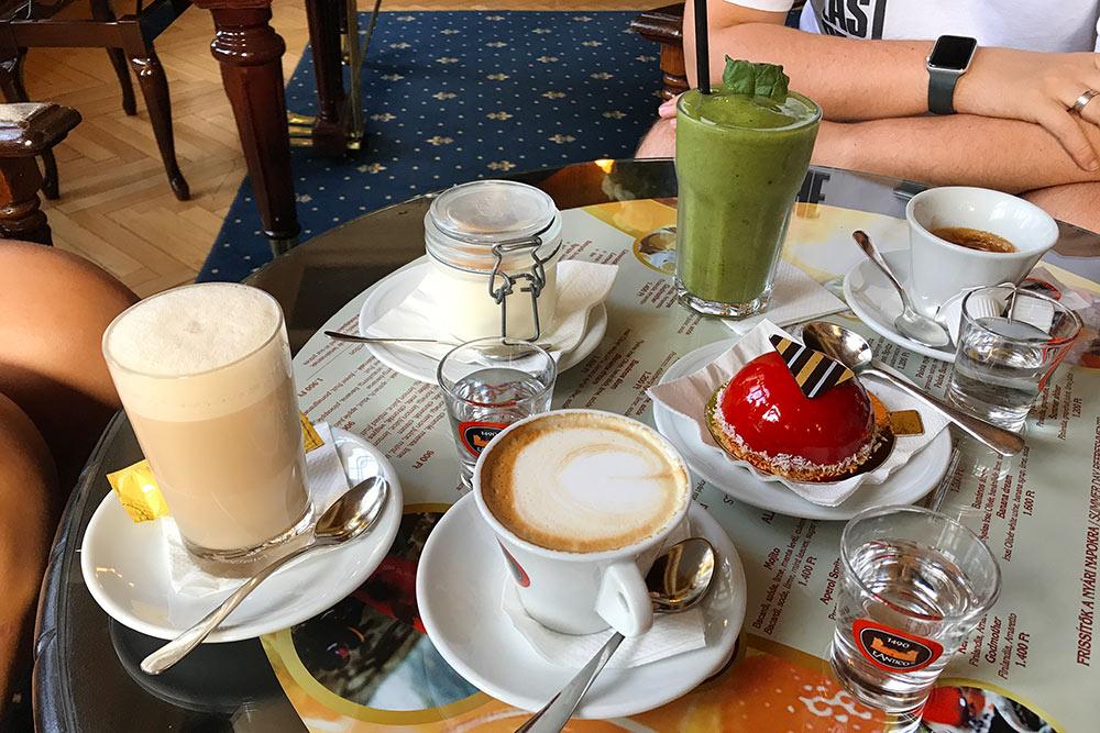 В таком месте невозможно удержаться иневыпить хотябы кофе сдесертом, сидя вбархатном кресле илюбуясь окружающей красотой