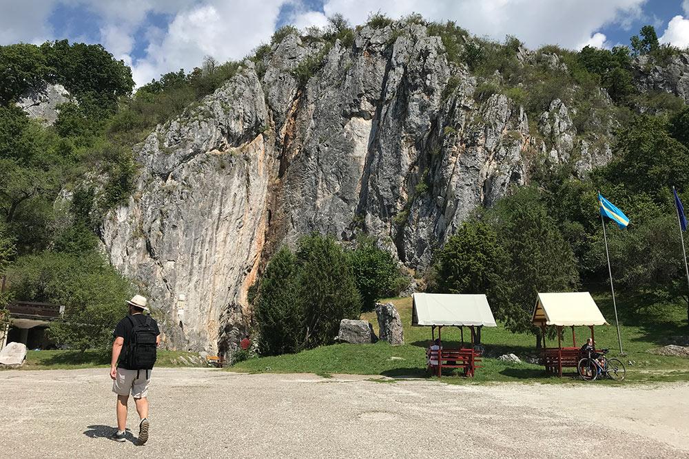 Маленькая коричневая дверь вэтой огромной скале — этоиесть вход наодин измаршрутов по пещере