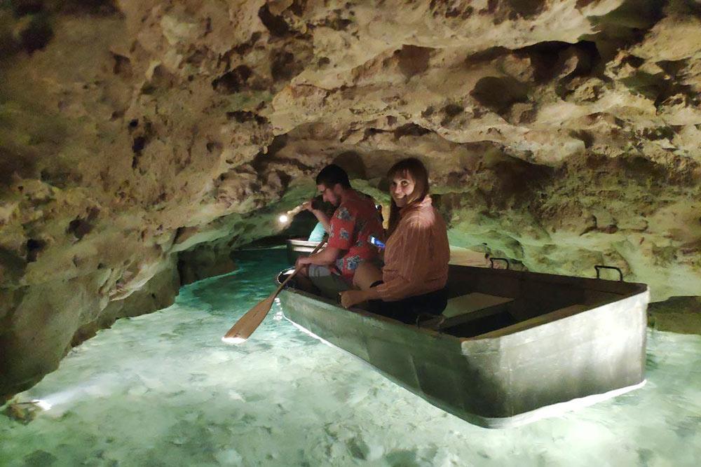 Пещерные проходы иногда настолько сужаются, что нужно сильно пригнуться иуправлять лодкой, отталкиваясь руками отстен. Этонестрашно