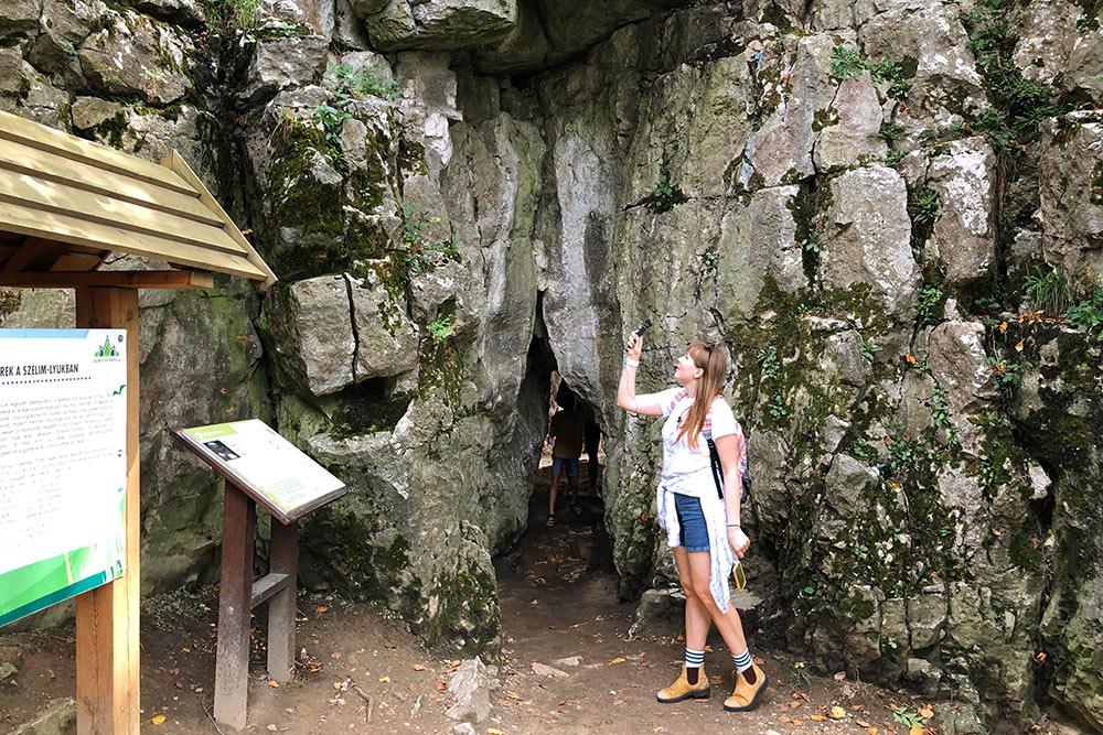 Вход в пещеру Селим — этоузкий разлом. Чтобы пройти, нужно пригнуться