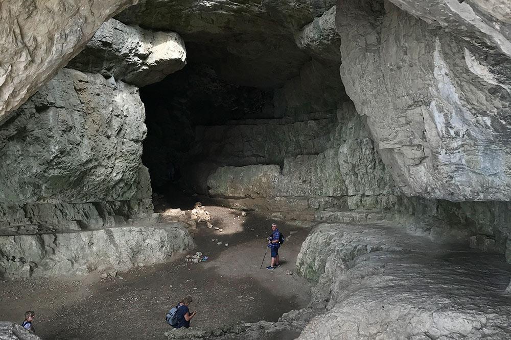 В пещере всегда очень влажно ипрохладно. Было здорово охладиться вней после подъема нахолм