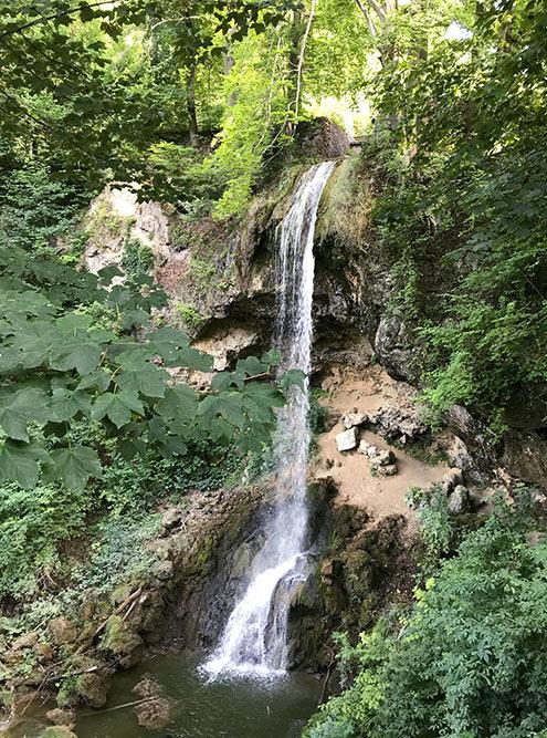 В 20 веке здесь был небольшой ручеек, нопредприимчивые архитекторы отеля решили расширить русло — таквВенгрии появился большой красивый водопад