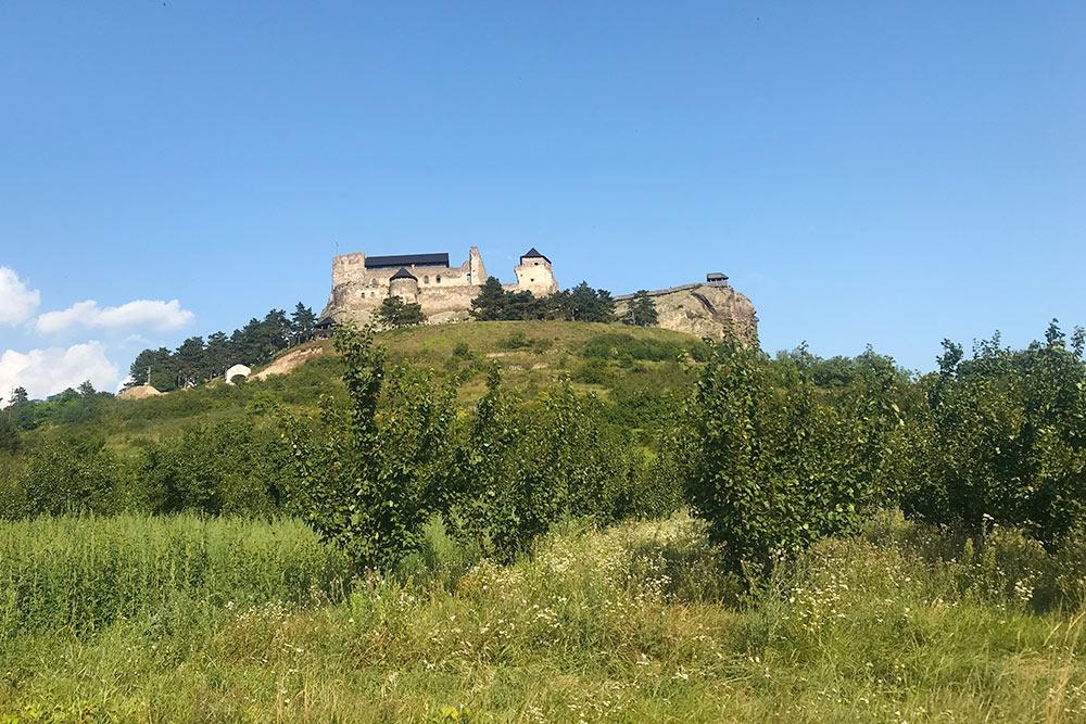 Часть скалы справа называется Львиная скала. Наней инаходится визитная карточка крепости — сторожевая башня