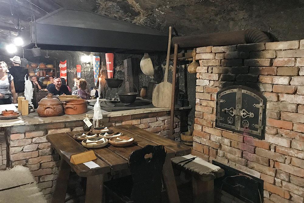 Мало кто знает, что подкрепостью находится большой ресторан всредневековом стиле. Стол лучше бронировать заранее