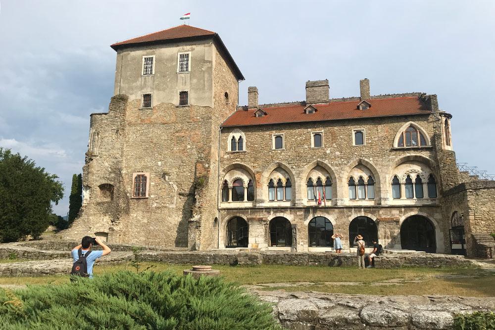 Рядом с крепостью — парк иразвалины фундамента первой версии Таты