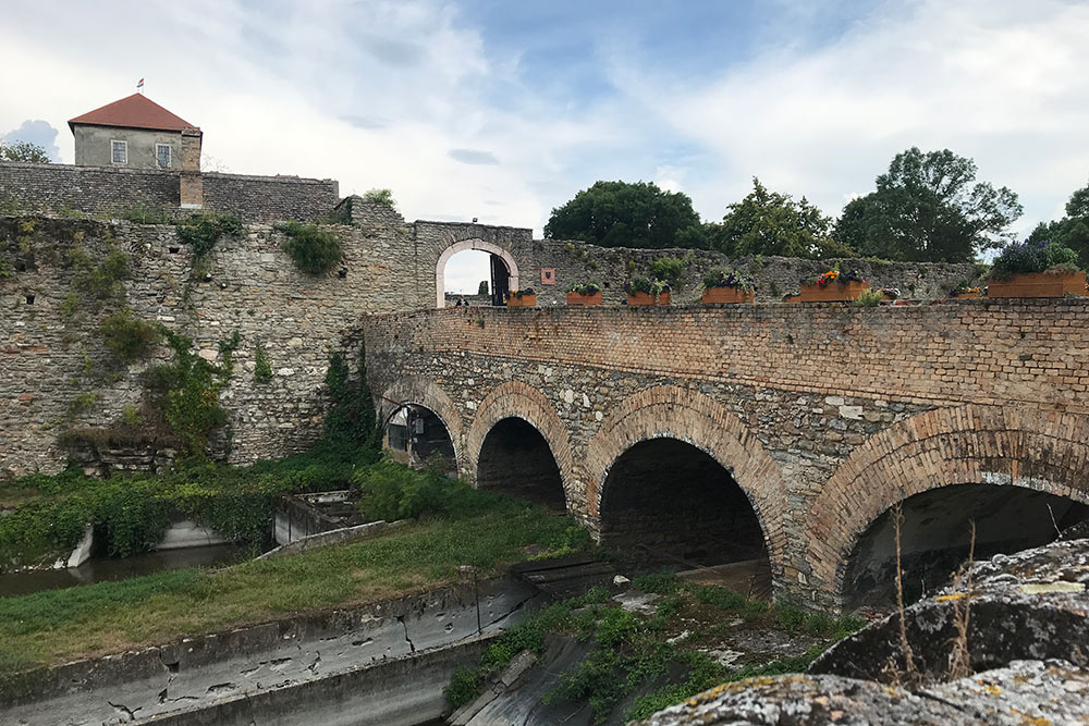 Пройти на территорию крепости можно бесплатно. Один извходов ведет поочень атмосферному средневековому мосту