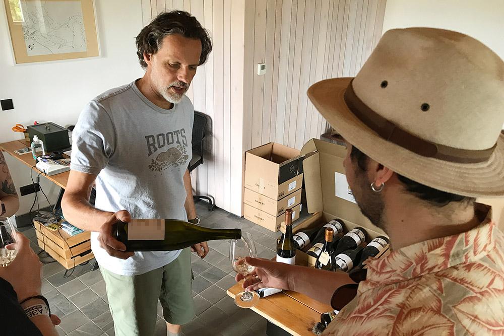 Основатель винодельни Роберт Гилвеши сам провел дегустацию инебольшую экскурсию. Новпогреба мы непопали, поэтому лучше все-таки договариваться овизите заранее