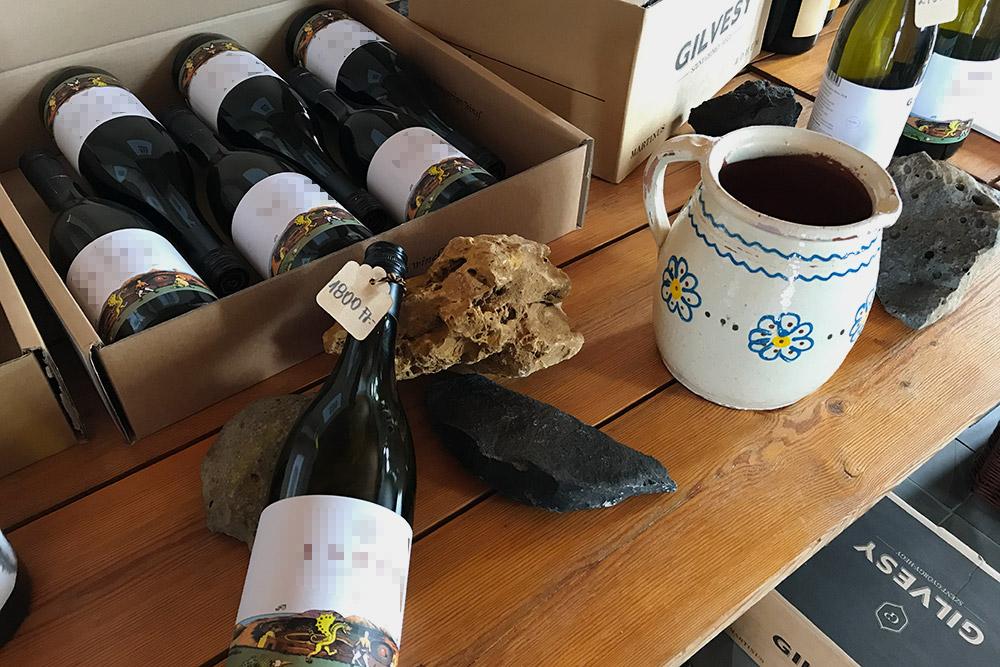 Рядом с бутылками вина вдегустационном зале лежат образцы вулканических пород, которые достали изпочвы навиноградниках