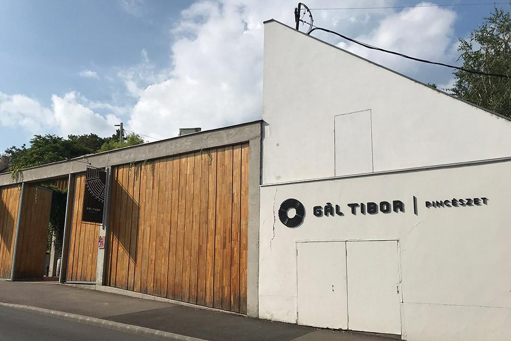 Винный дом иресторан «ГалТибор» находятся винтересном дизайнерском здании