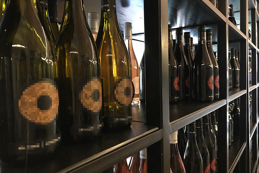 Внутри есть винотека, где можно купить вино вчасы работы винодельни