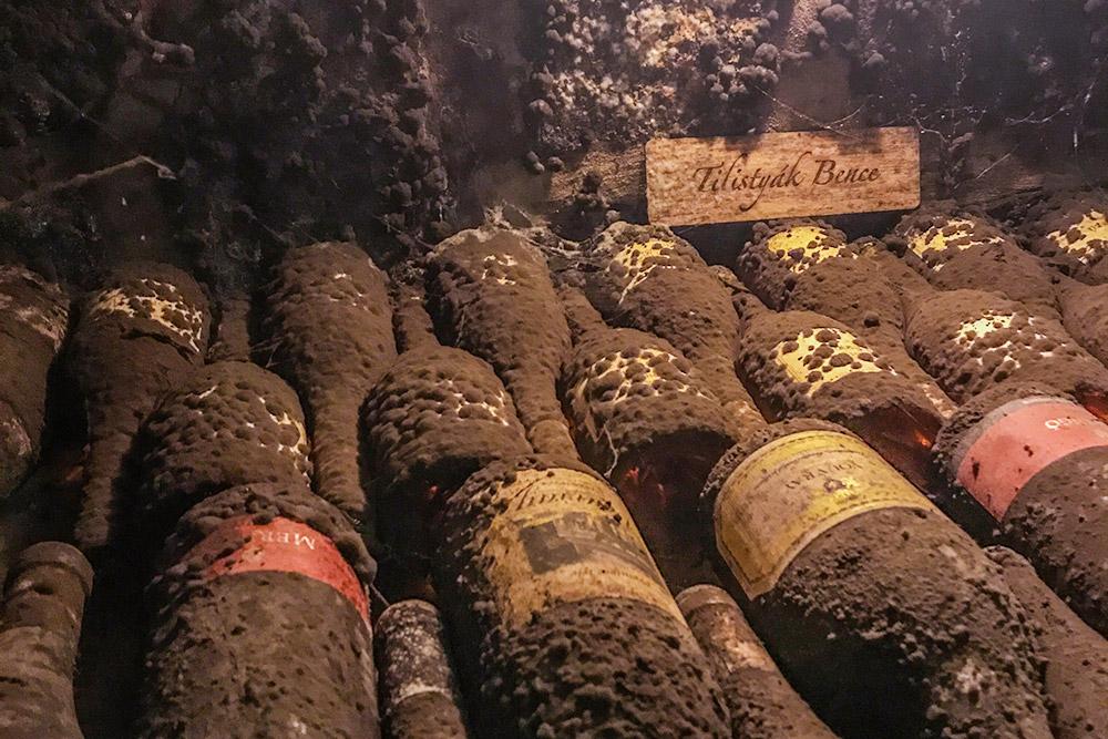 Так хранятся персональные коллекции вин, которые современем пополняются. Имена владельцев подписаны на маленьких деревянных значках