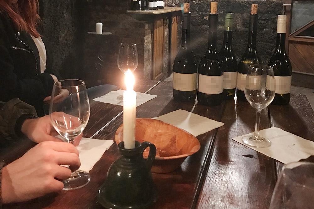 Дегустация начинается ссамого простого вина изаканчивается самым дорогим. Аещенам принесли попробовать эссенцию — тотсамый виноградный тягучий сок изпутоней, который еще неуспел стать вином