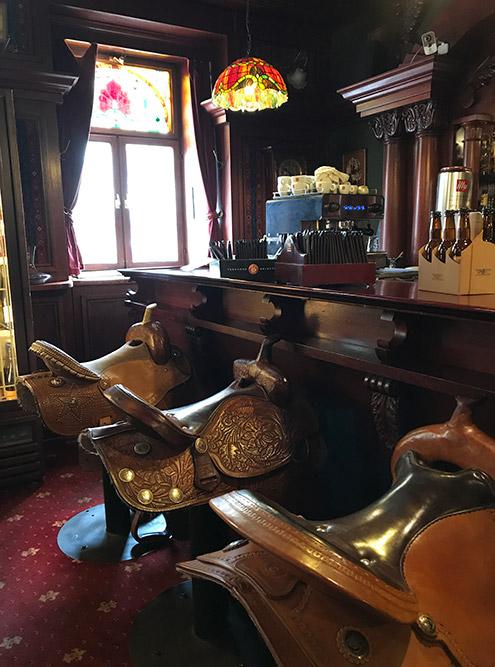 Один из самых необычных ресторанов Шопрона — PapaJoe's Steakhouse. Он полностью вковбойском стиле, акаждый барный стул сделан ввиде седла длялошади