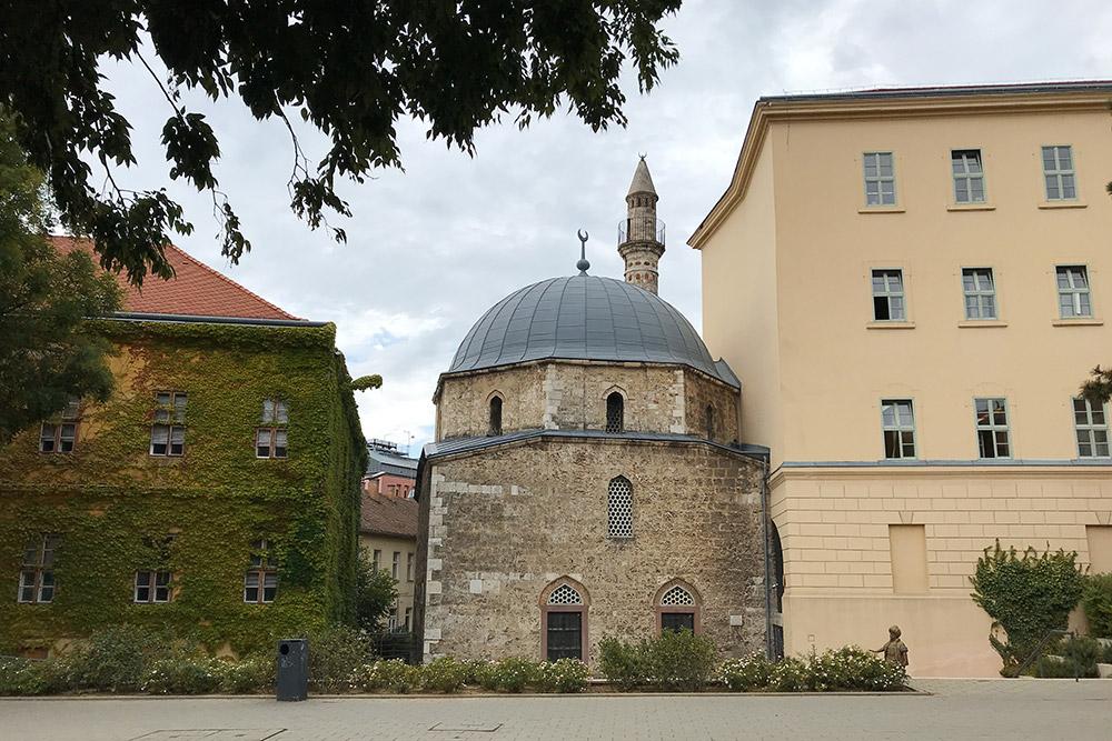 А мечеть Хассана Яков-али досихпор действует. Попятницам здесь слышен азан — протяжные напевы, которые зовут намолитву