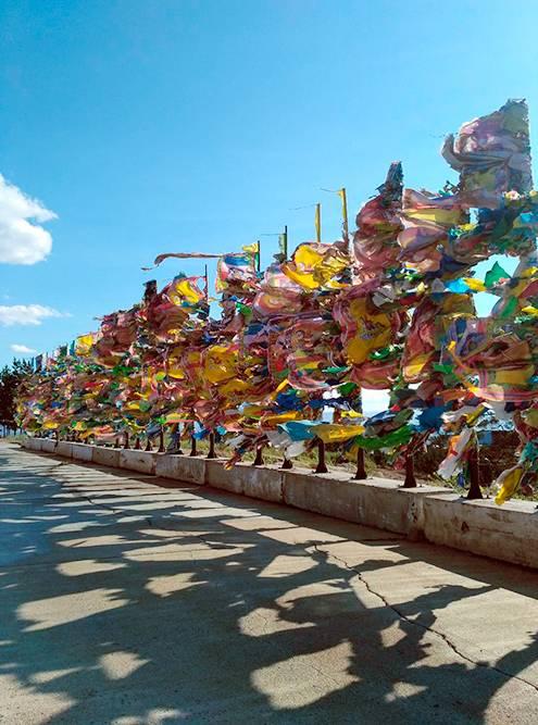 Сэргэ — ритуальные столбы. На них вешают разноцветные лоскуты ткани. Считается, что когда ветер колышет ткань с написанными на ней молитвами, молитвы возносятся к небесам