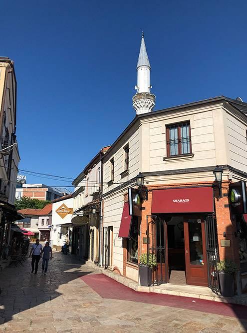 На рынке есть несколько мечетей — там хорошо слышно призывы мусульман на молитву