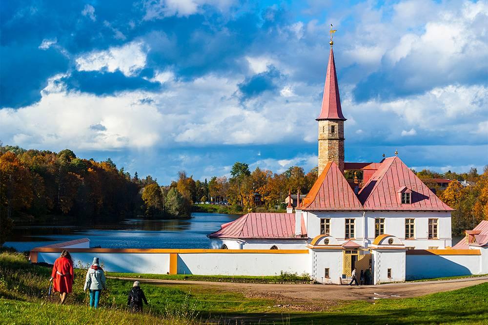 Фотографии Приоратского дворца хорошо получаются в любое время года и в любую погоду. Он очень удачно расположен — стоит в низине на фоне озера